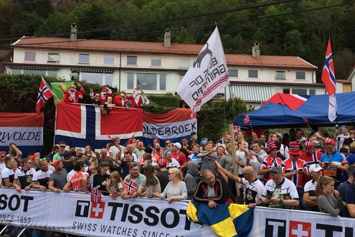 Helt utrolig: Det var et fantastisk syn da publikum tapetserte veiskuldrene under VM i Bergen. (Foto: Sigrun Sunde)