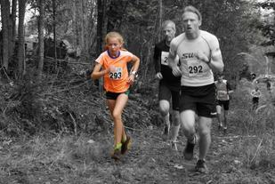 Julie Hammer imponerte med å løpe fra de fleste gutta/herrene opp Rognstadkollen. (Foto: Arrangøren)