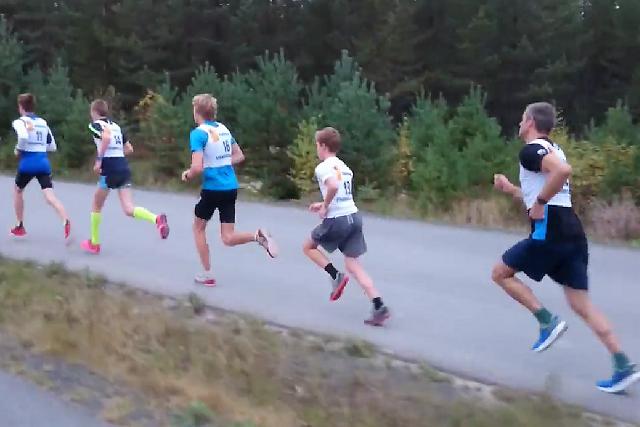 Tetpulja fra start med vinner Vegard Osvold i føringen foran Magnus Otterstad, Eirik, Sigurd og Svein Nordaas.