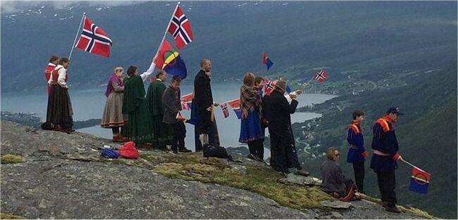 Folk på Henrikkafossen @Evy Hansen