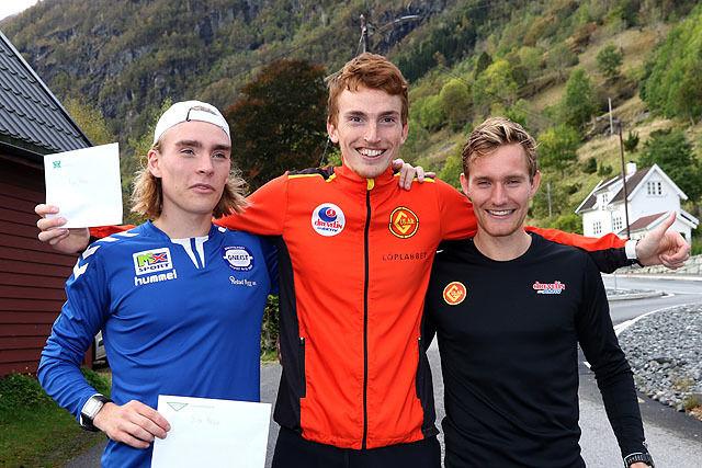 Vinner Marius Vedvik i midten sammen med Jens Larsen Åstveit og Jens Bøhmer
