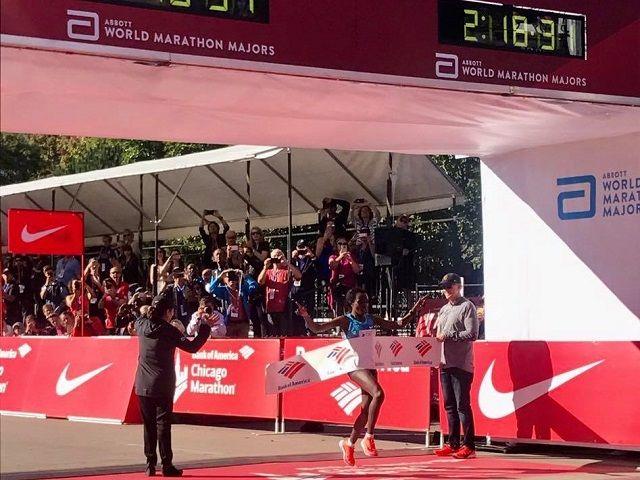Tirunesh Dibaba upresset i mål på sterke 2.18.31. (Arrangørfoto)