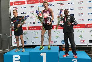 Ole Petter Fjeld kunne klatre opp på pallens øverste trinn etter å ha vunnet halvmaratonløpet i Eindhoven. (Foto: Nils Johan Fjeld)