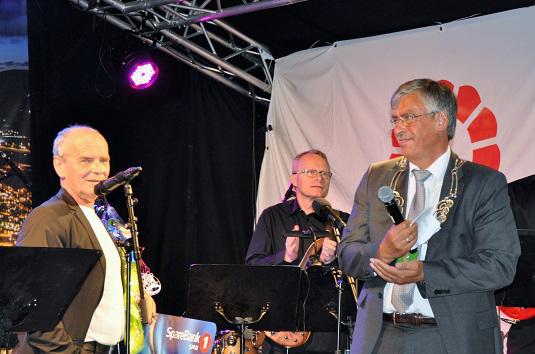 Bilde av Elling Breunig som mottar kulturprisen 2016 av ordfører Oddbjørn Bang