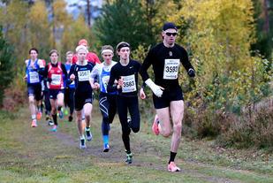 Jarle Wermskog i teten på 5 km foran Oliver Vedvik og Petter Myhr under fjorårets Furumomila. Foto: Bjørn Hytjanstorp