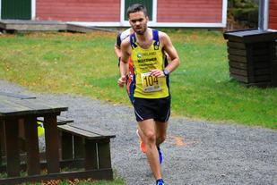 Ola Tjensvoll fra Undheim IL løper inn til soleklar seier i årets Kystløp.  Foto: Kjetil Bentsen.