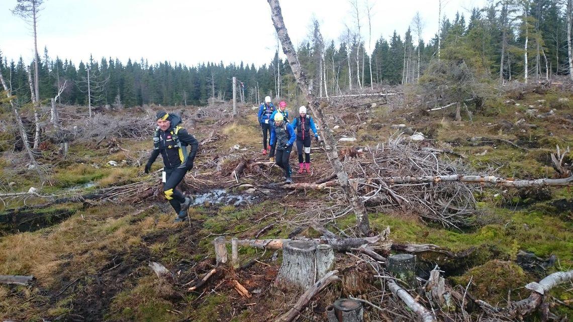 Leif Abrahamsen som kommer først her, nøyde seg med 46 kilometer denne gangen. Han var en av to som fullførte 400 kilometer i samme terreng tidligere i år. (foto: Arrangøren)