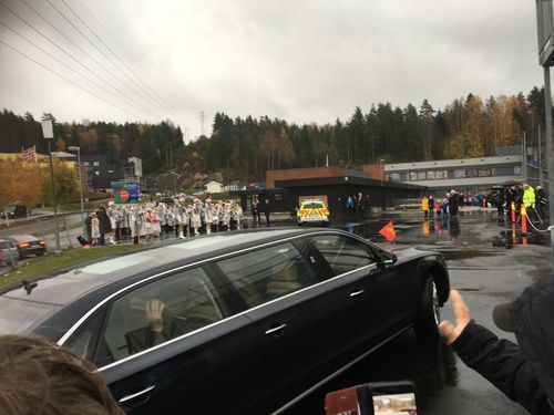 Kongen kjører inn på skoleplassen på Løvenstad