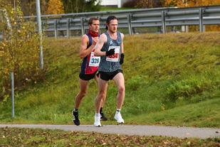 Jonas Lurås Hammer dro det meste av løpet, men det var klubbkameraten Frode Stenberg som vant til slutt. Altså dobbeltseier til arrangørklubben. (Foto: Bjørn Hytjanstorp)