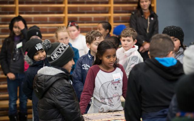 Elever i gymsalen Løvenstad skole