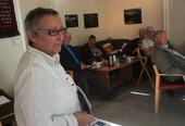 En dame holder foredrag til lyttende publikum