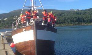 Barn i en stor båt