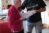 Leder overrekker gave til ei dame