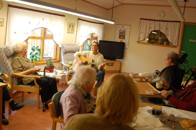 Dame spiller gitar på Lavangsheimen
