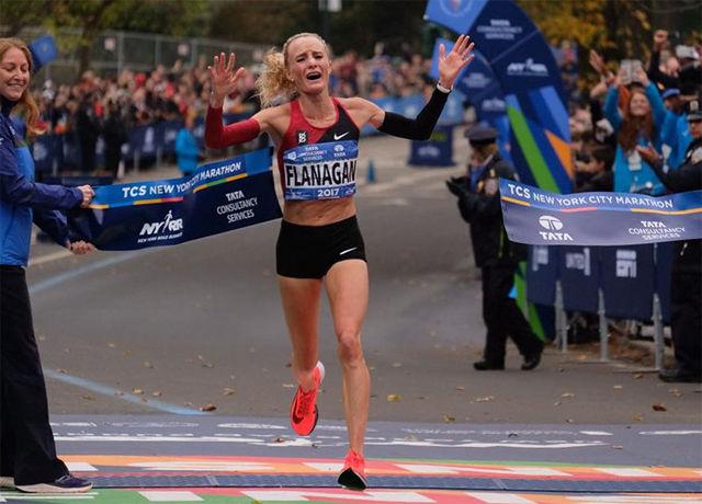 Etter en lang og god løpskarrière kunne en rørt og glad Shalane Flanagan endelig krysse målstreken som vinner av New York City Marathon. (Foto: arrangøren)