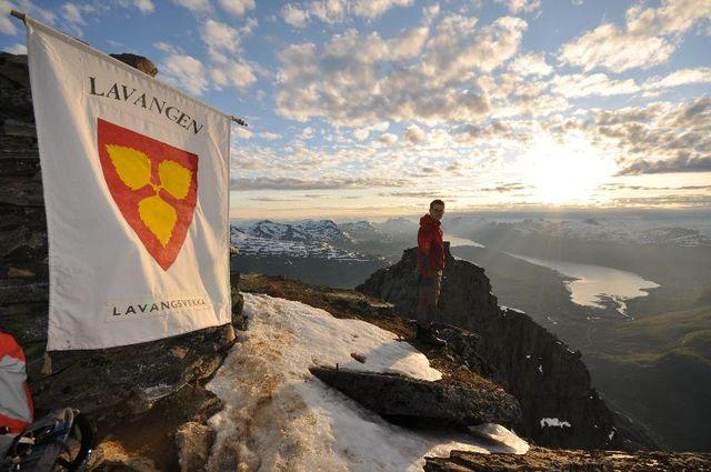 Utsikt fra Spanstind med logo av Lavangsvekka