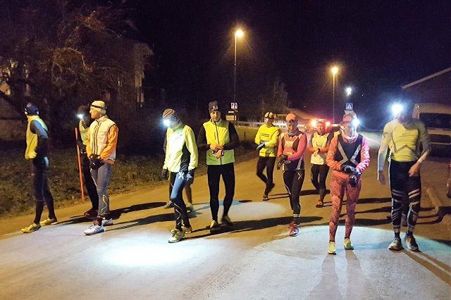 Fra kveldens start med 13 løpere i feltet. (Foto: Stein Arne Negård)