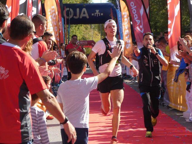 Hans Kristian Smedsrød løper inn til 2. plass etter en sterk avslutning der han nesten tok igjen vinneren. (Foto: Onda Loja Radio)