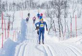 To personer som går raskt på ski