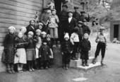 Barn med flagg i 1934