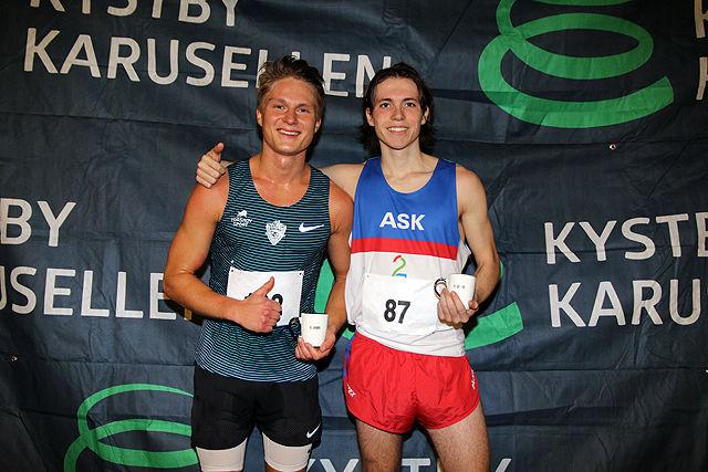 Sondre Øvre-Helland og Marius Sørli med vinner-krusene etter endt løp