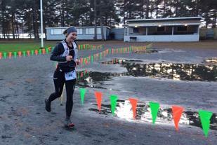 Helle Manvik løper i mål til soleklar seier etter 121 km - kun slått av to herreløpere. (Arrangørfoto)