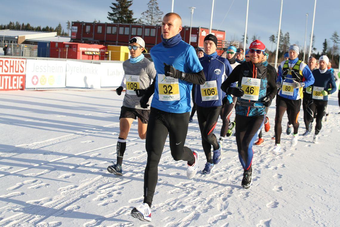 Starten på maraton der vi ser en smilende vinner, Runar Sæther, med startnummer 46. (Foto: Olav Engen)