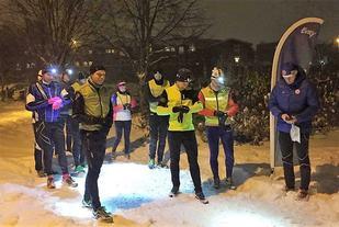 Ti løpere klare til fellesstart på tid onsdag kveld. (Foto: Bente Sund Langøigjelten)