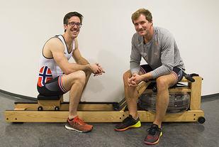 Are Strandli (til venstre) og Kristoffer Brun tok i fjor OL-bronse i roing. Til Kondis forklarer og demonstrerer de teknikk på romaskin. (Foto: Bjørn Johannessen)
