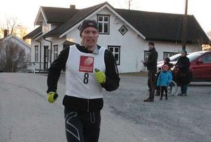 Lasse Blom, Sømna IL vinner Viksjøen Rundt og pynter med 12.14 samtidig på sin egen løyperekord på 12.27 fra i fjor (Foto: Brønnøysunds Avis-banett.alda.no)