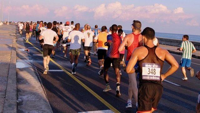 Traseen i Havana Marathon gikk gjennom bygater, men også en tur langs sjøen, som her er Det Karibiske Hav. Foto: arrangør