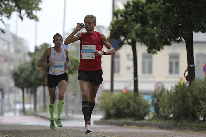 Dyktig løper: Andreas Grøgaard løper også kortere løp enn maraton. Her fra Sommerløpet i Kristiansand for et par år siden. (Foto: Marianne Røhme/Kondis)