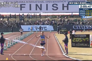 Sondre Nordstad Moen løper over mål som vinner av Fukuoka Marathon, på smått utrolige 2.05.48. (Foto: skjermdump, japansk TV)