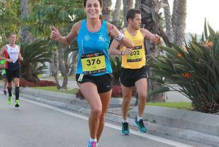 Smilende: Rosa Barberino løper langs Strandpromenaden etter ca. 28 km, som er en svært lettløpt del av løypa på nesten 20 km. Rosa løp fort og fikk 3.14.18 i sluttid. (Foto: Kjell Vigestad)