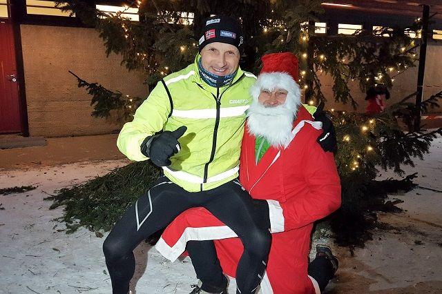 Både Kondis-nissen og Snøkut-nissen var fornøyd med økt deltakelse i vinterens 3. løp i den meget tradisjonsrike vinterkarusellen i Prøysenland. (Foto: Stein Arne Negård)
