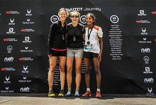 To norske kvinner kunne entre pallen etter 65 kilometeren i Ultra-trail Cape Town. Kirsten Hindhammer Amundsgaard (midten) vant foran Emily Hawgood fra Zimbabwe (til venstre) og Shangave Balendran. (Foto: privat/Sportograf)