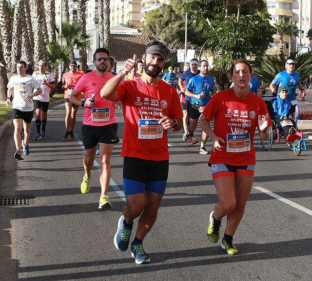 Malaga Marathon med sol, palmer, Middelhavet og vind fra