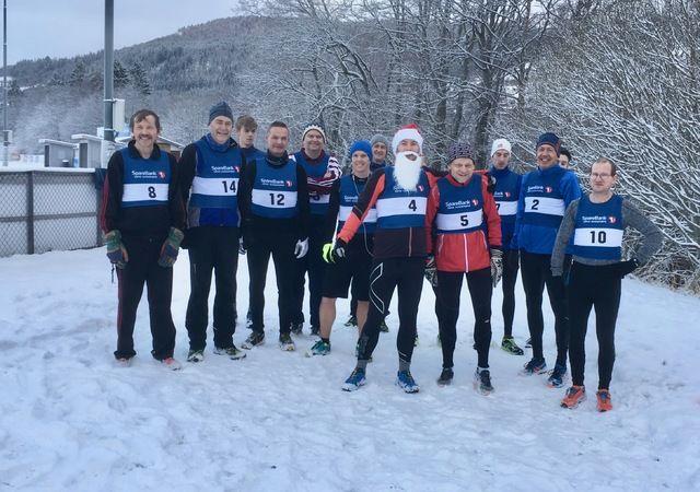 14 lokale løpere og en nisse deltok i årets siste løp rundt Rotevatnet. Voldanissen hadde tatt stegene ned fra Rotsethornet for å trimme rundt vatnet ved foten av fjellet. Foto Elin Burås Sylte