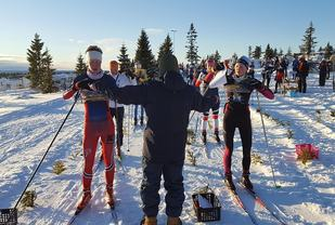 Startklare ungdommer (fra v.) Styrk Hundseid Kamsvåg, Konnerud  IL  og Synne Strand, Asker Skiklubb. (Foto: Stein Arne Negård)
