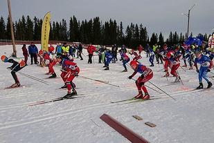Fra starten for den største klassen, G-14, med vinner Sigurd Nordaas, Strandbygda IL først i sporet nærmest kamera. (Foto: Tour de Hedmarken)