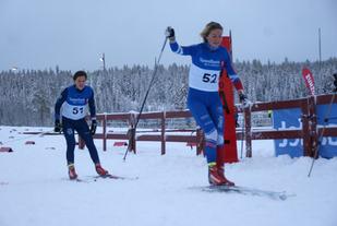 Marthe Bjørnsgaard, Lillehammer Skiklub knep seieren et sekund foran Berthe Anette Svenkerud, Kvaløysletta Skilag på Gåsbu. (Foto: Stein Arne Negård)