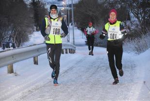 Gøran Rasmussen Åland og Lena-Britt Johansen løp sammen fra start til mål. (Foto: Lofotposten)