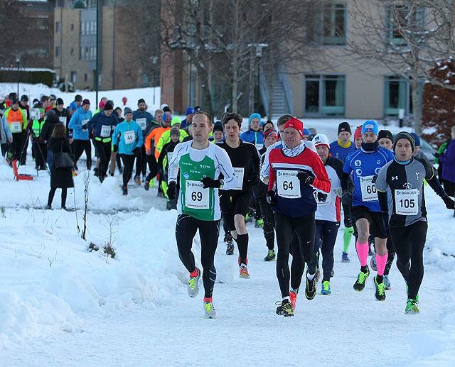 Halvmaraton startet rett utenfor hovedinngangen til Spjelkavik Omsorgsenter. 85 løpere var påmeldt halvmaraton, fem løpere valgte å ikke møte opp, to løpere måtte bryte og tre deltakere valgte trimklasse uten tidtaking. På bildet ser vi startnummer 69 Olger Pedersen, nr. 64 er Jan Ketil Vinnes og Einar Orten Trovåg har startnummer 105. Foto: Kjell Vigestad