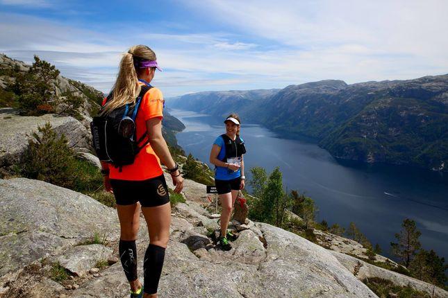 Høyt over Lysefjorden i fjorårets løp. (Foto: Arrangøren/Thomas)