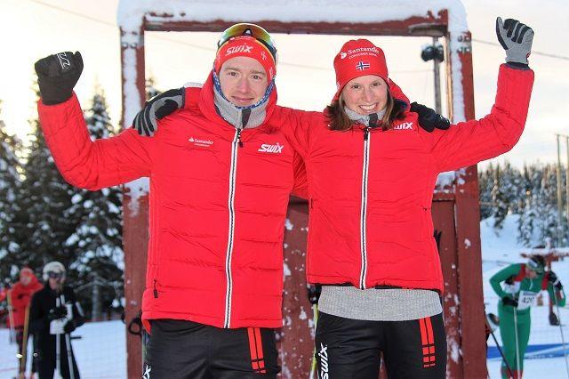 Øyvind Moen Fjeld og Kari Vikhagen Gjeitnes på pallen etter å ha mottatt hver sin halve elg.
