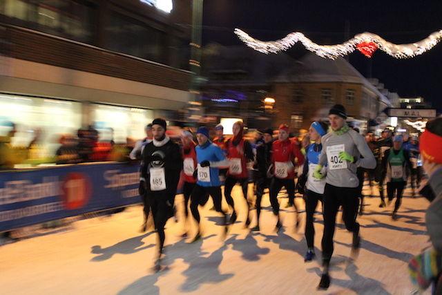 Startfeltet på halvmaraton under årets Mørketidsløp i Tromsø