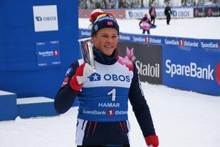 Hva passer vel ikke bedre enn en kongepokal til Johannes Høsflot Klæbo etter nok en majesteisk sprint-seier på Gåsbu? (Foto: Stein Arne Negård)