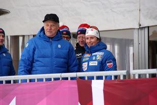 Kong Harald var på plass på Gåsbu lørdag og det gikk lang tid før HKH fikk anledning til å slå av en prat med på dronninga av årets ski-NM, Marit Bjørgen. (Foto: Stein Arne Negård)