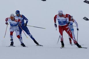 Simen Hegstad Krüger (til v.) og Emil Iversen side om side opp sprintbakken for siste gang med Sindre Folkvord og Harald Østberg Amundsen på bakskiene.