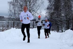 Njål Pedersen med startnummer 43 var raskest i vinterkaruselløpet på Årnes. Bildet er fra et karuselløp i januar. (Foto: Bjørn Hytjanstorp)